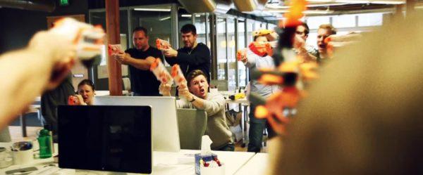 Bataille dans les bureaux !